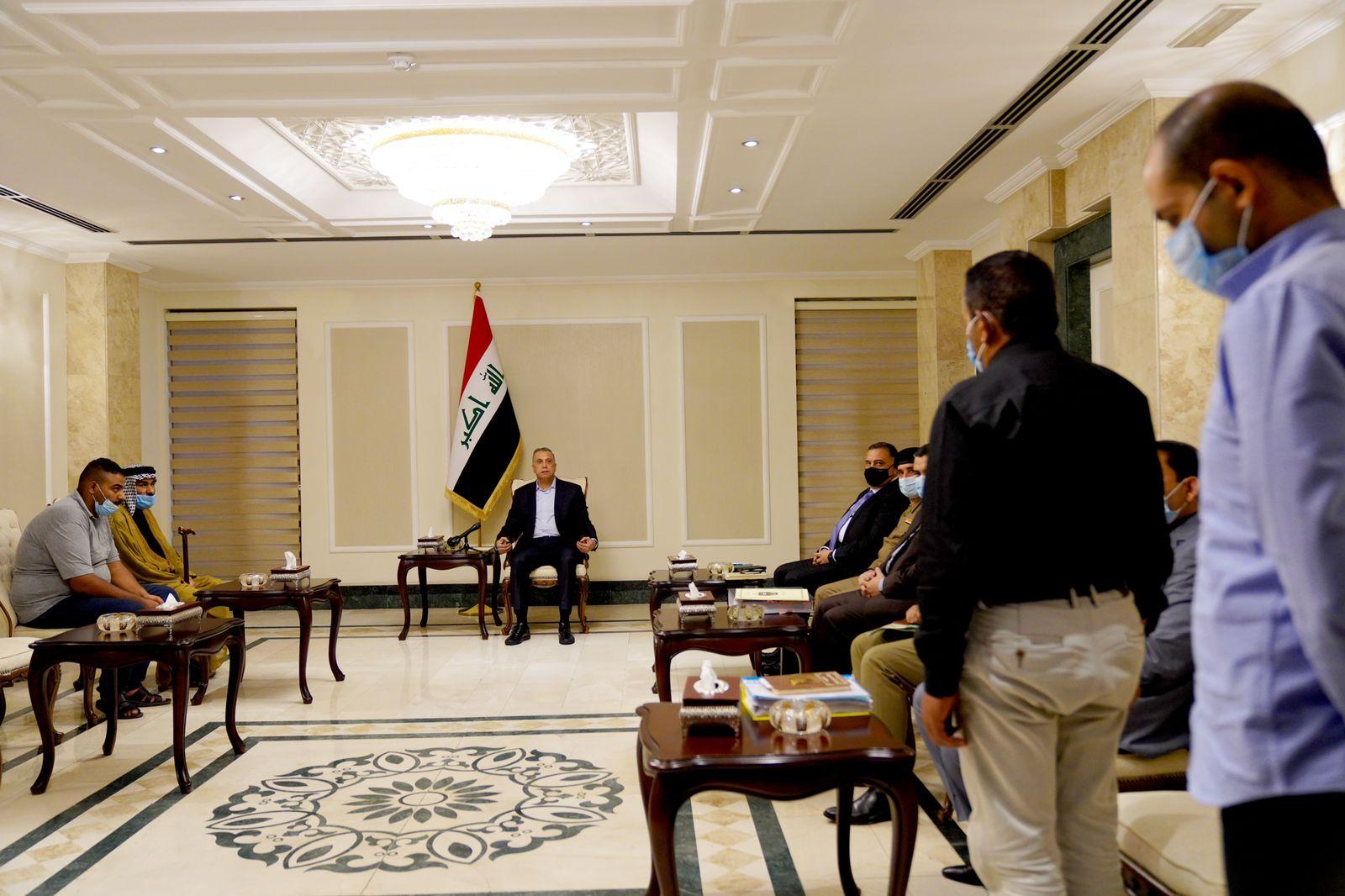 رئيس مجلس الوزراء السيد مصطفى الكاظمي يستقبل المواطن البريء علي الجبوري بحضور محققي قضيته