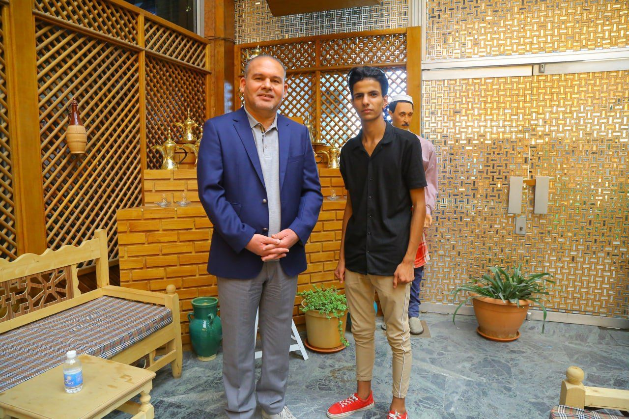 المعمار علاء معن يكرم عامل النظافة المتفوق بدراسته وحقق معدلاً كبيراً