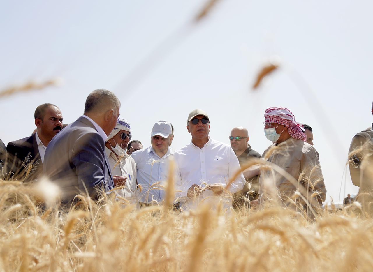 بالصور.. الكاظمي يتوجه نحو الزراعة، ويبدأ مشروعه من ريف الكوت، فهل سيفك شيفرة الخراب، وينجح في إعادة اكبر مخزن للحبوب في الشرق الأوسط؟
